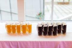 Exponeringsglas av öl och cola Arkivfoton