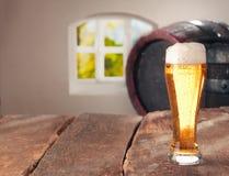 Exponeringsglas av öl och en cask royaltyfri foto
