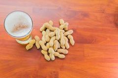 Exponeringsglas av öl och jordnötter Arkivfoto