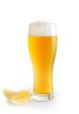 Exponeringsglas av öl- och potatischiper Royaltyfri Fotografi