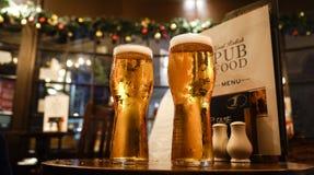 Exponeringsglas av öl på en lokal bar royaltyfria bilder