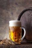 Exponeringsglas av öl på en mörk bakgrund royaltyfria foton