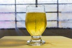 Exponeringsglas av öl på en tabell royaltyfri foto
