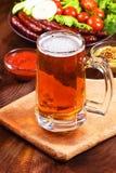 Exponeringsglas av öl på en trätabell Arkivbilder