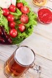Exponeringsglas av öl på en trätabell Royaltyfria Bilder