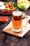 Exponeringsglas av öl på en trätabell Royaltyfri Fotografi