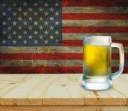 Exponeringsglas av öl på trätabellen sky för natt för bakgrundsfyrverkeriflagga starry USA Royaltyfria Foton