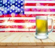 Exponeringsglas av öl på trätabellen USA flagga med tomteblossbackgroun Fotografering för Bildbyråer