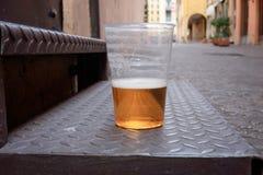 exponeringsglas av öl som lämnas på gatan Arkivfoton