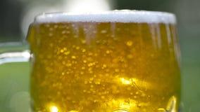 Exponeringsglas av öl som tätt hälls upp royaltyfri fotografi