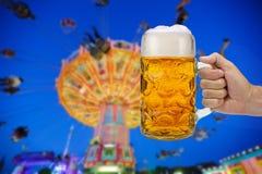 Exponeringsglas av ölinnehavet i hand på Oktoberfest i Munich royaltyfria foton