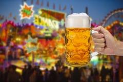 Exponeringsglas av ölinnehavet i hand på Oktoberfest i Munich royaltyfria bilder