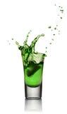 Exponeringsglas av alkoholdrycken med is Absint- eller mintkaramellstarkspritskott Royaltyfria Foton