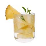 Exponeringsglas av ananasfruktsaft med stycken av sund drin för ananas Arkivfoton
