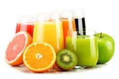 Exponeringsglas av blandade fruktfruktsafter på vit Detoxen bantar Royaltyfri Fotografi