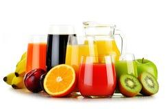 Exponeringsglas av blandade fruktfruktsafter på vit Detoxen bantar Arkivfoto