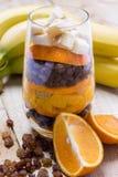 Exponeringsglas av blandade nya frukter och russin Arkivbild