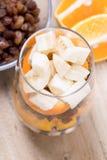 Exponeringsglas av blandade nya frukter och russin Royaltyfri Foto