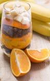 Exponeringsglas av blandade nya frukter och russin Royaltyfria Foton