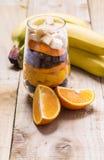 Exponeringsglas av blandade nya frukter och russin Royaltyfria Bilder