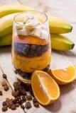 Exponeringsglas av blandade nya frukter och russin Fotografering för Bildbyråer