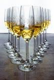 Exponeringsglas av champagne eller vin arrangera i rak linje på stångrestaurangen Arkivfoto
