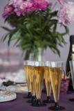 exponeringsglas av champagne, festligt tabellgarneringbegrepp Begrepp för nytt år eller jul royaltyfria bilder