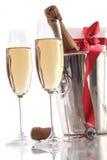 Exponeringsglas av champagne för valentin dag med gåvan Royaltyfri Foto