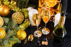 Exponeringsglas av Champagne i festlig stilleben Royaltyfri Fotografi
