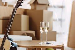 Exponeringsglas av champagne i nytt hus Royaltyfri Bild