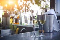 Exponeringsglas av champagne i utomhus- semesterortstång royaltyfria bilder