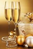 Exponeringsglas av champagne med aktuell jul Royaltyfria Foton