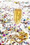 Exponeringsglas av champagne med banderoller och konfettiar Royaltyfria Foton