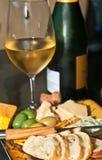 Exponeringsglas av champagne med horderves och tappningflaskan Fotografering för Bildbyråer