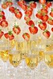 Exponeringsglas av champagne med jordgubben arkivfoton