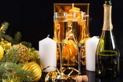 Exponeringsglas av Champagne med julpynt Fotografering för Bildbyråer