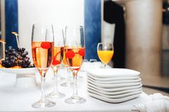 Exponeringsglas av champagne med körsbär arkivbild