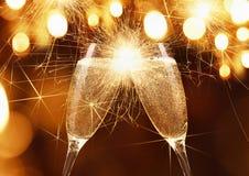 Exponeringsglas av champagne med tomtebloss Arkivbilder