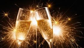Exponeringsglas av champagne med tomtebloss Royaltyfri Fotografi