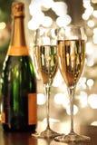 Exponeringsglas av champagne och flaskan Royaltyfri Bild