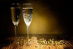 Exponeringsglas av champagne- och gulddiagram 2016 på en träbackg Royaltyfri Foto