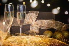Exponeringsglas av champagne och julgarnering royaltyfri bild