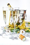 Exponeringsglas av champagne och julprydnader på vit bakgrund Arkivbild