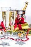 Exponeringsglas av champagne och julprydnader på vit bakgrund Royaltyfria Foton