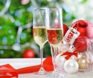 Exponeringsglas av champagne och julpynt Royaltyfri Fotografi