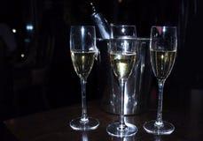 Exponeringsglas av champagne på en mörk bakgrund Slapp fokus arkivbild