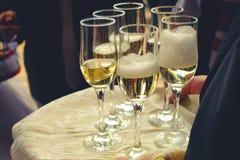 Exponeringsglas av champagne på en tabell royaltyfri foto