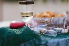 Exponeringsglas av champagne på en tabell royaltyfria bilder