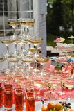Exponeringsglas av champagne på tabellen Royaltyfria Bilder