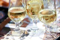 Exponeringsglas av champagne på tabellen Fotografering för Bildbyråer